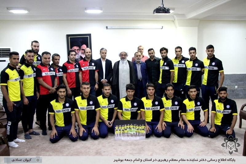 دیدار اعضای تیم فوتبال ساحلی پارس جنوبی با نماینده ولی فقیه در استان بوشهر