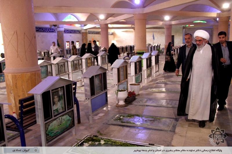 حضور آیت الله صفایی بوشهری در آرامستان و گلزار شهدای بوشهر