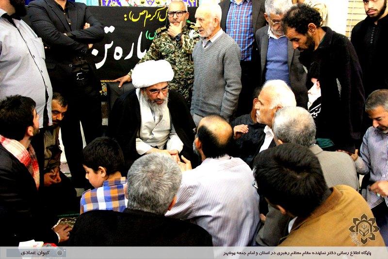 دیدار صمیمانه مردم با نماینده ولی فقیه در استان و امام جمعه بوشهر پس از اقامه نماز جمعه