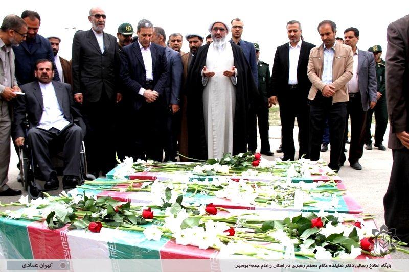آیین استقبال از 3 شهید گمنام در فرودگاه بوشهر
